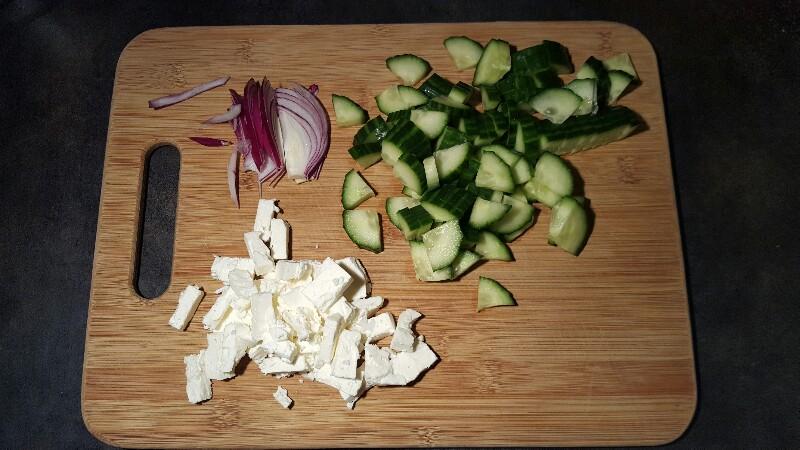 Recette salade verte au concombre graines de courge et féta découpez les légumes et la féta
