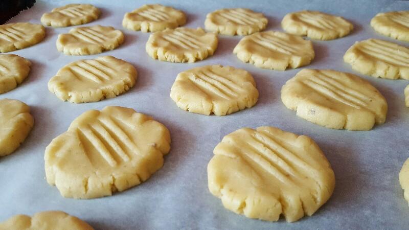 Recette biscuits sablés au chocolat pattes de chat aplatissez les boules