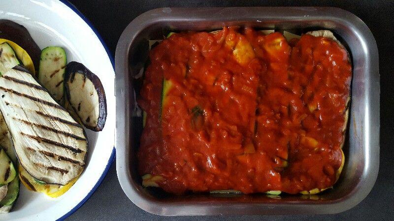 Recette lasagnes végétariennes aux légumes déposez une couche de sauce tomate